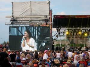 Sara Evans wows the crowd with her heartfelt vocals